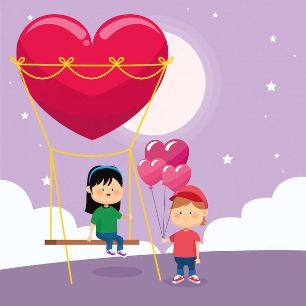 Счастливый мальчик с воздушными шарами сердец и девушка на качелях сердца