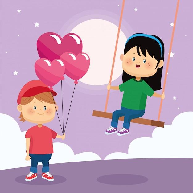 Счастливый мальчик с воздушными шарами сердец и девочка на качелях