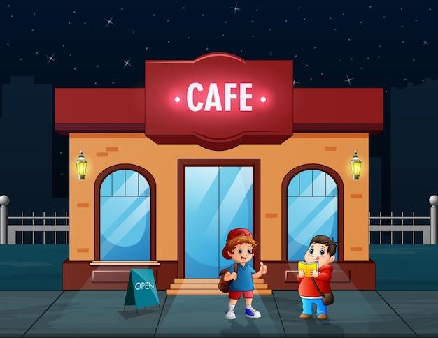 행복한 소년은 카페 그림에서 음식을 구입
