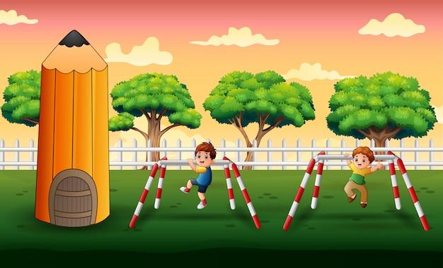 Счастливые мальчики делают упражнения в парке