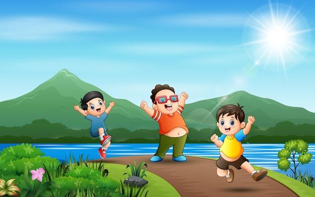 Счастливые мальчики прыгают по дороге