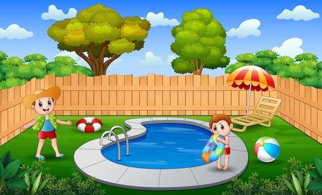 Счастливые мальчики, играющие в открытом бассейне