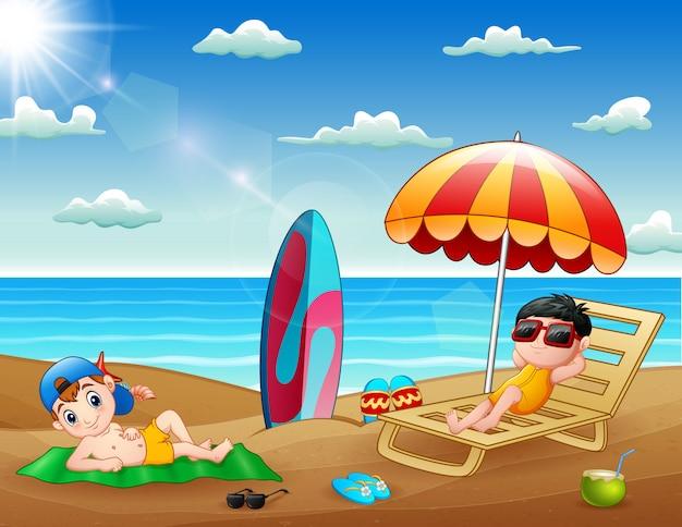 해변에서 편안한 행복 한 소년