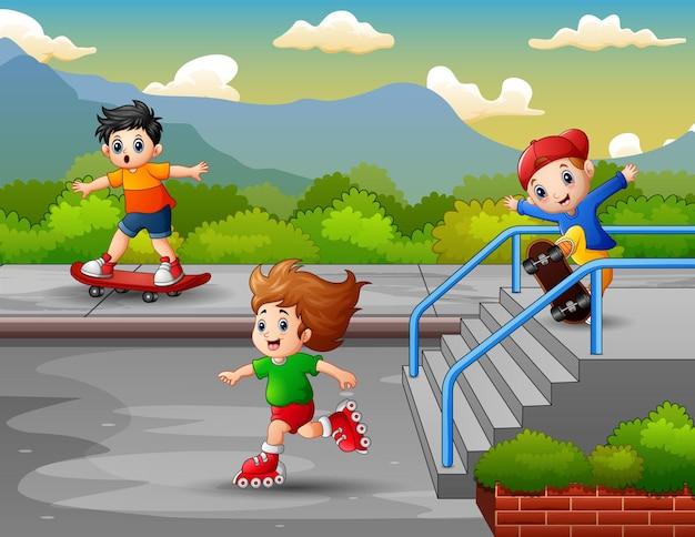 幸せな男の子はローラーブレードとスケートボードを使って乗ります