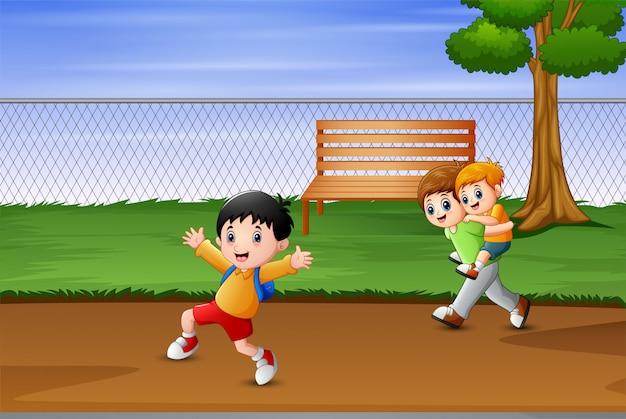 Счастливые мальчики бегут в парке