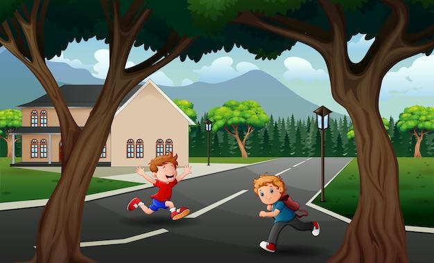 Счастливые мальчики, бегущие по дороге