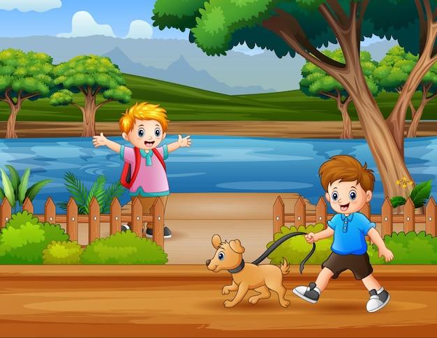 Счастливые мальчики гуляют по берегу реки