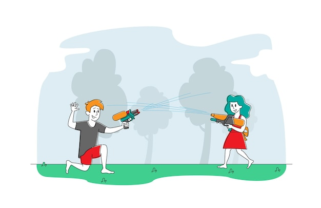 Счастливые брат и сестра играют в стрельбу из водяных пистолетов