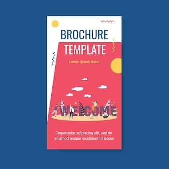 Счастливая бизнес-команда приветствует нового человека в шаблоне брошюры своей компании