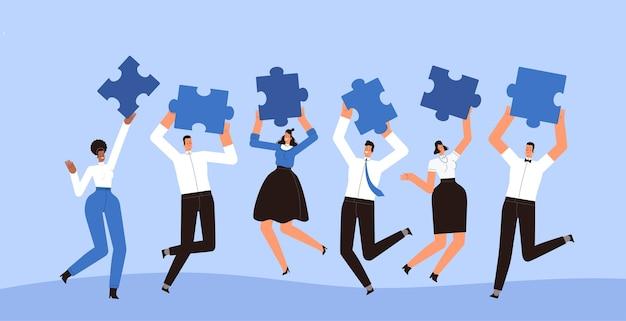 幸せなビジネスマンは彼らの手でパズルのピースを持ってジャンプします。成功するチームワーク、コラボレーション、相互作用の概念。漫画フラット。白い背景で隔離。