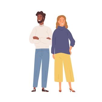 Счастливый мультфильм разнообразный мужчина и женщина, стоя вместе, изолированные на белом фоне. положительная пара черная кожа мужского пола и европейская женщина, позирующая плоской векторной иллюстрации. современные стильные молодые люди.