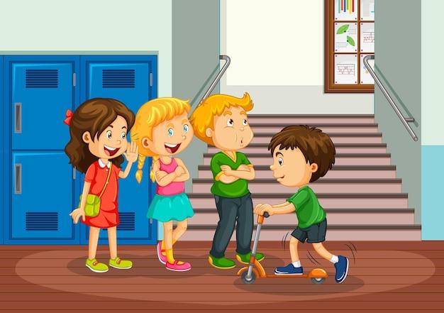Счастливые дети в школьном коридоре