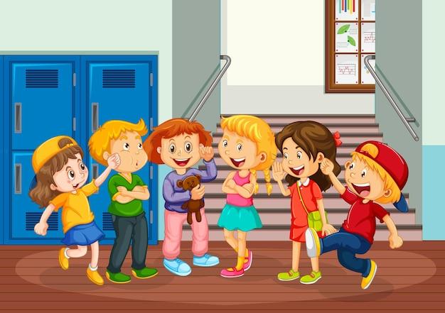 学校の廊下で幸せな子供たち