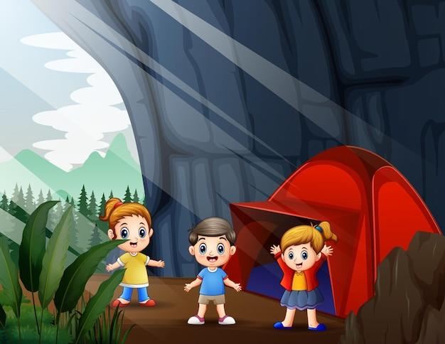 Счастливые дети, отдыхающие на природе в пещере Premium векторы
