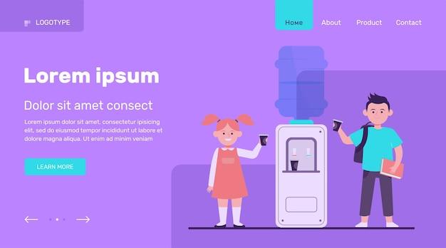 幸せな子供はクーラーで水を飲む。学生、男の子と女の子、学校の廊下のフラットベクトルイラスト。飲料、軽食、ウォータークーラーのコンセプトのウェブサイトのデザインまたは着陸のウェブページ