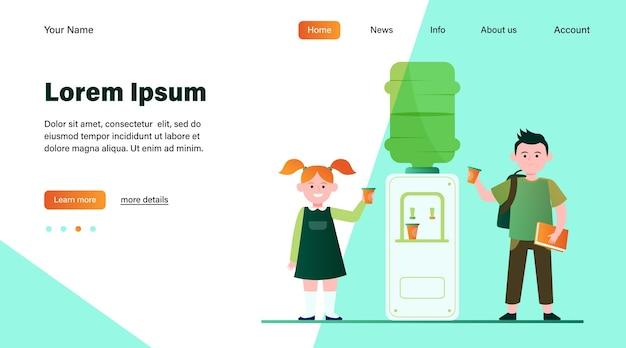 Счастливые дети пьют воду в кулере. студенты, мальчик и девочка, школьная прихожая плоская векторная иллюстрация. дизайн веб-сайта с концепцией напитков, закусок, кулеров или целевой веб-страницы