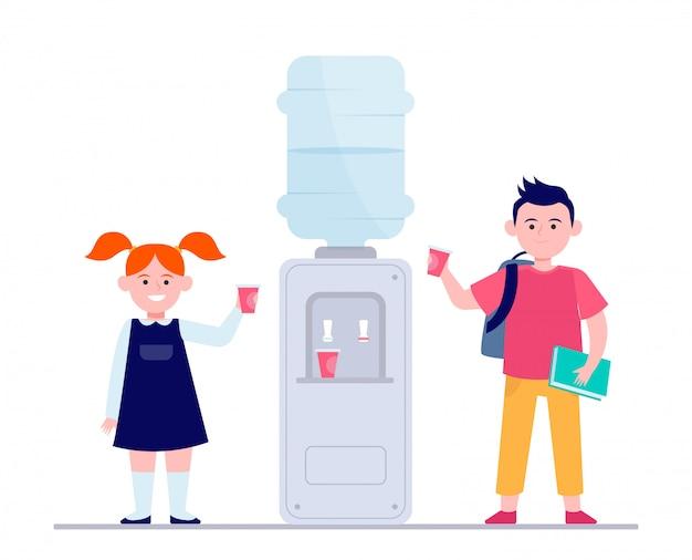 幸せな子供がクーラーで水を飲む