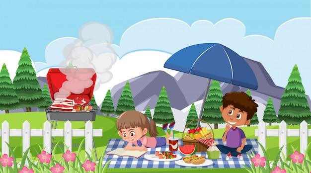 Счастливые дети едят в парке