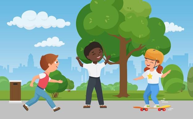 幸せな子供たちは都市公園で一緒に楽しんでいます女の子子供スケートボード男の子はゲームをします