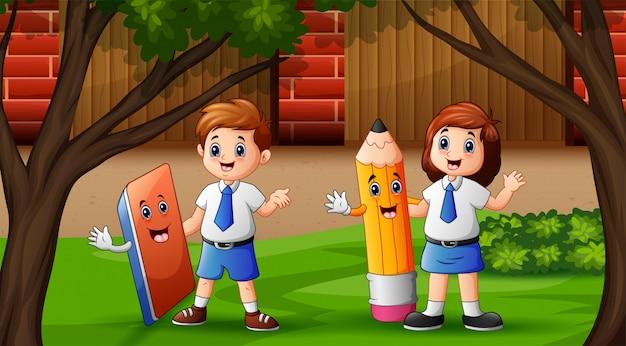 Счастливые дети в школьном дворе