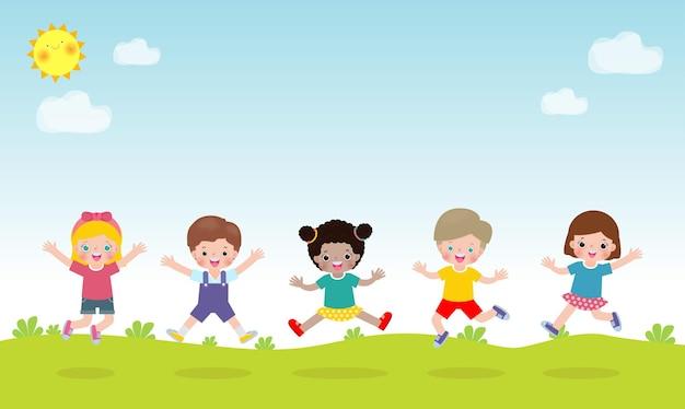 公園の子供たちの活動の背景で一緒にジャンプして踊る幸せな子供たち