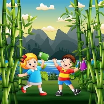 Счастливые дети учатся на открытом воздухе