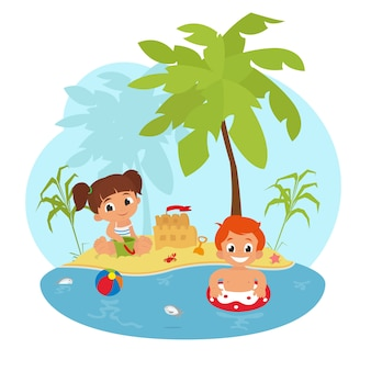 Счастливые дети на пляже.