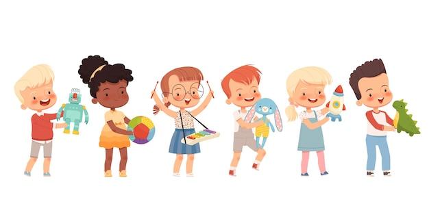 행복한 아이들은 다른 장난감을 가지고 놀며 손에 쥐고 있습니다. 좋아하는 장난감을 가진 다른 국적의 재미있는 아이들. 평면 만화. 흰색 배경에 고립.