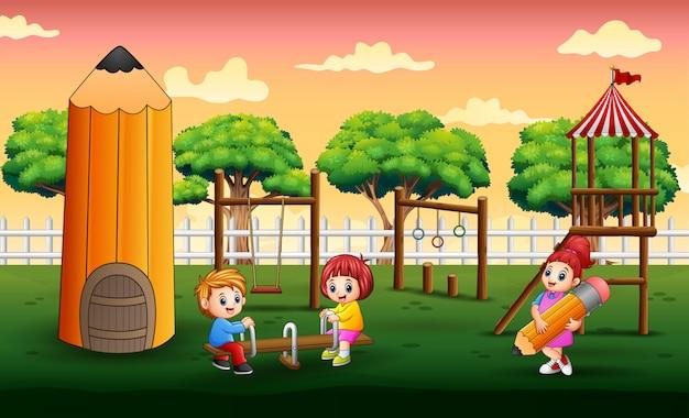 Счастливые дети играют на детской площадке