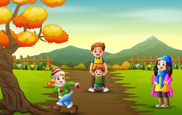 Счастливые дети, играющие в осеннем парке