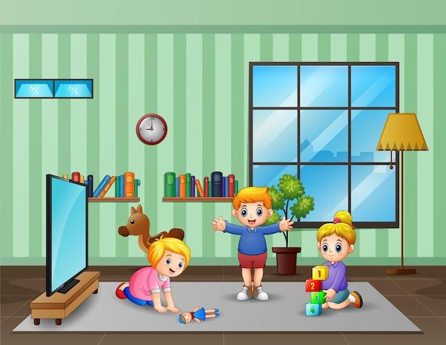 居間で遊ぶ幸せな子供たち