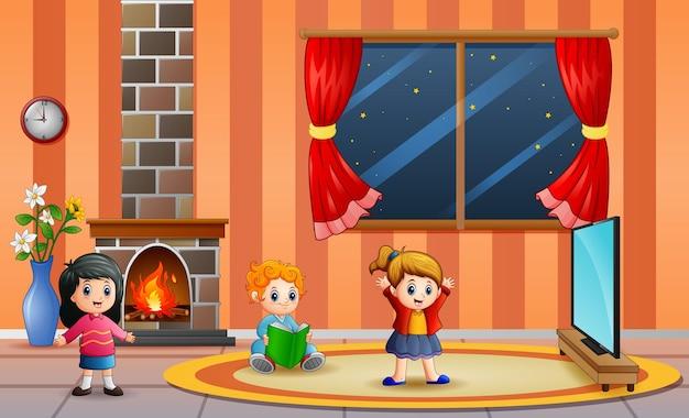 거실에서 노는 행복한 아이들