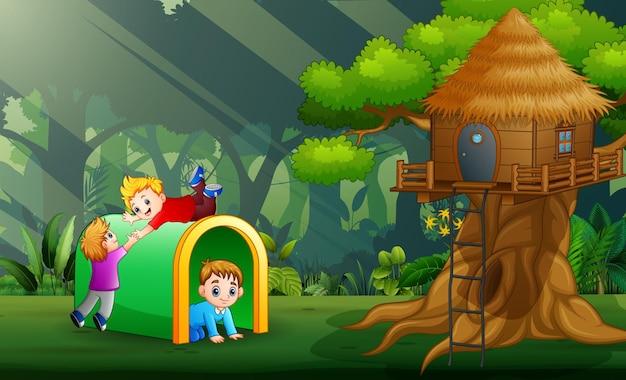 Счастливые дети играют в парке иллюстрации