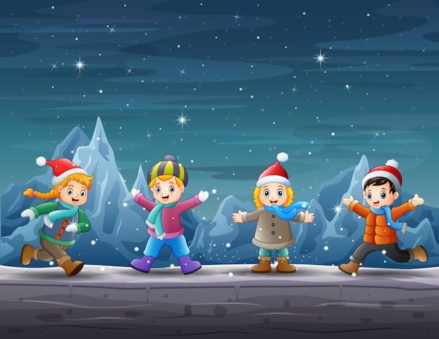 Счастливые дети играют в зимней сцене