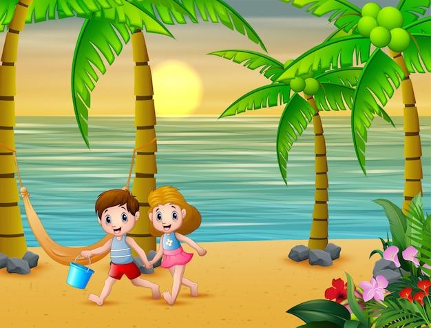 Счастливые дети играют на пляже