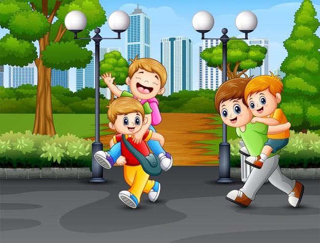 幸せな子供たちが道で遊んで