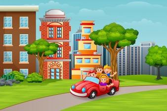 幸せな子供たちが街への道で車に乗って