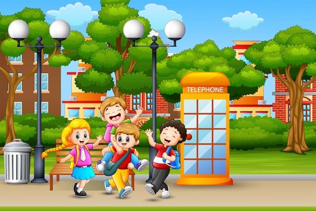 幸せな子供たちを実行していると都市公園で笑っています。
