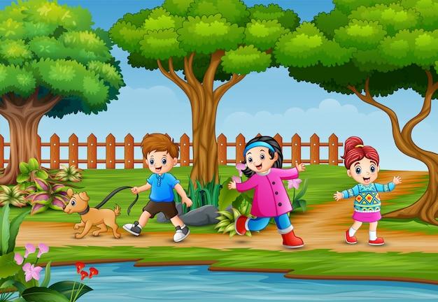 幸せな子供たちが美しい自然の中で走り回って
