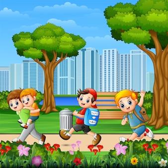 公園を走っている幸せな子供たち