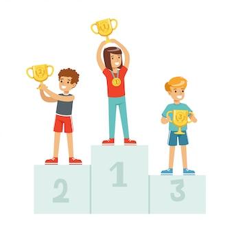 상금 컵 및 메달, 받침대 만화 일러스트 레이 션에 스포츠 선수 아이와 승자 연단에 서있는 행복한 아이들