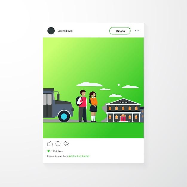 Bambini felici in attesa di scuolabus isolato piatto illustrazione vettoriale. ragazza e ragazzo del fumetto che stanno sulla strada vicino all'edificio scolastico