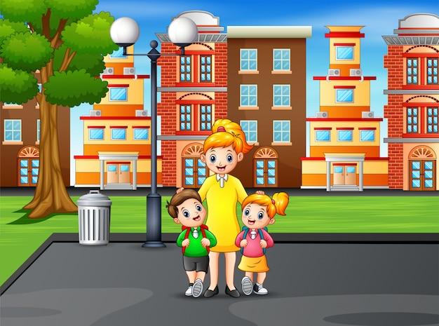 Счастливые дети с мамой в парке