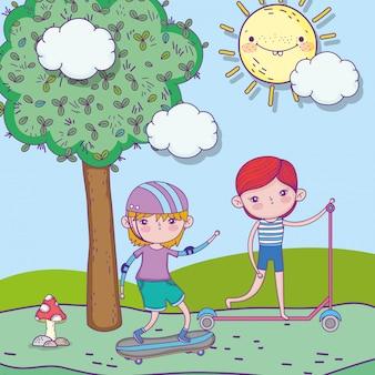 행복한 어린이 날, 스케이트 보드와 스쿠터 공원 풍경을 가지고 노는 어린 소년