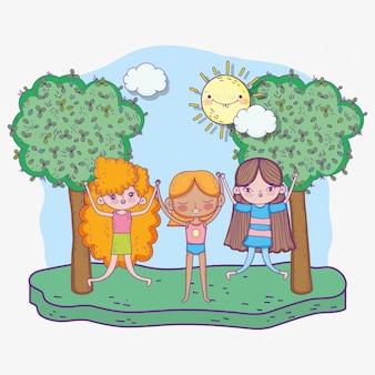 Счастливый детский день, маленькие девочки держатся за руки в парке