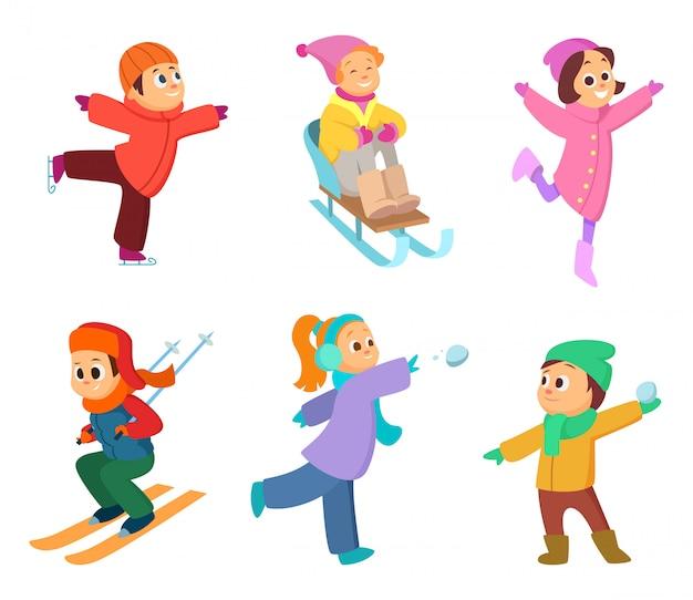 Счастливые дети играют в зимние игры.