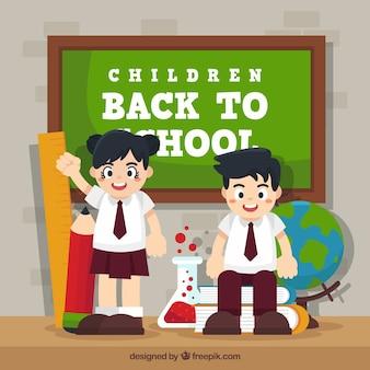 Happy compagni di classe con materiali scolastici e lavagna