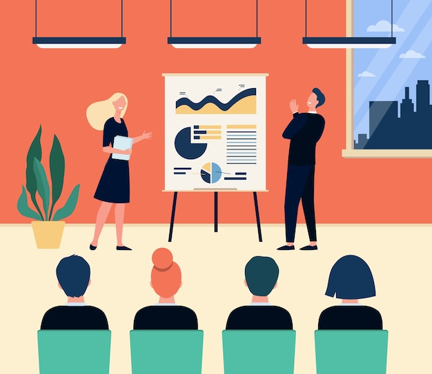 幸せな会社のコーチと従業員が会議室で会合します。フリップチャートで図を提示し、講義で演奏するスピーカー。ビジネストレーニング、プレゼンテーションの概念のベクトル図