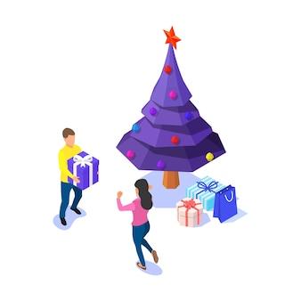 幸せなカップル、白い背景の上のクリスマスツリーとギフトボックス。等尺性