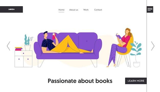 家で休んで、本のランディングページを読んで幸せなカップル。ソファの上の男と本と肘掛け椅子の女。夫と妻はリビングルームのインテリアウェブサイト、バナーでリラックスします。